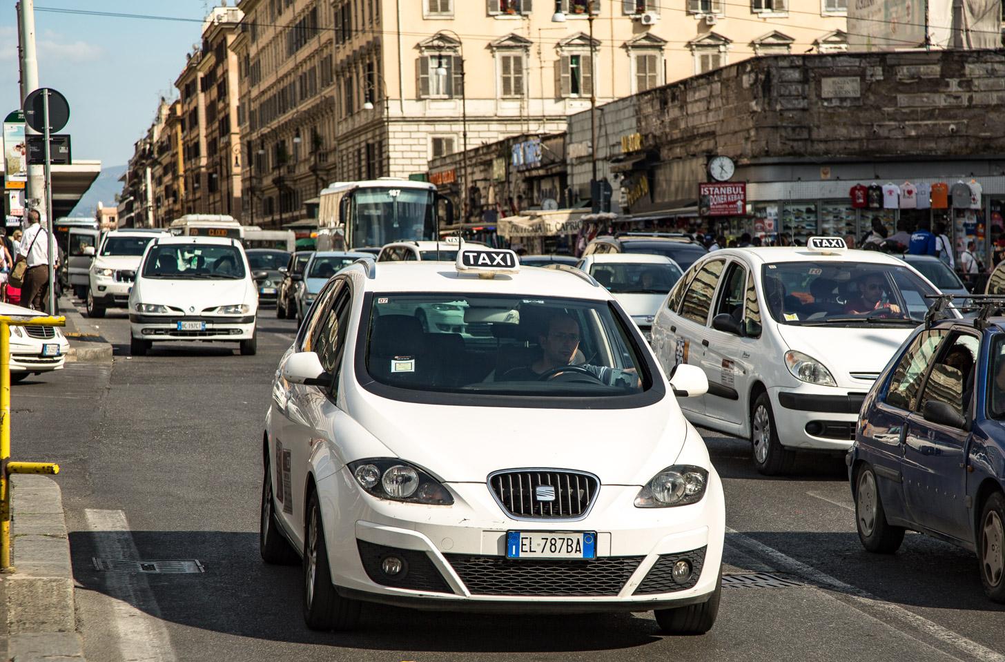 De officiële taxi's van Rome zijn wit.